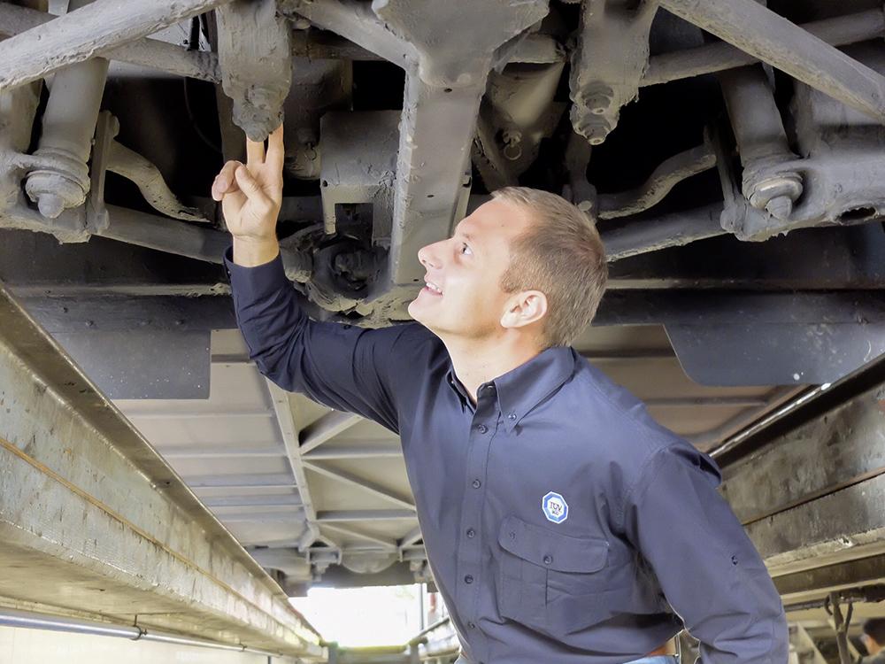 TÜV-Prüfstellenleiter Dominic Weiland kontrolliert die Lenkung.