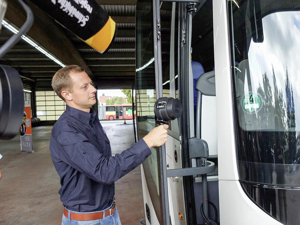 TÜV-Prüfstellenleiter Dominic Weiland kontrolliert den Schließmechanismus der Tür.